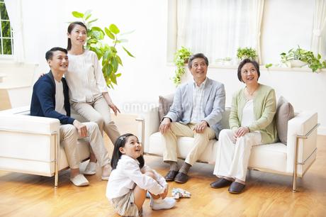 集合して上を見る三世代家族の写真素材 [FYI02967259]