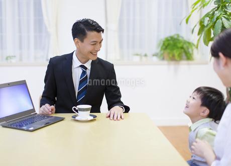 訪問営業の男性と会話する母と男の子の写真素材 [FYI02967260]