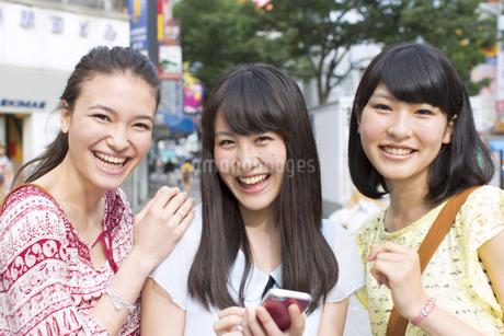 街中で微笑む3人の女性のポートレートの写真素材 [FYI02967265]