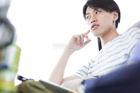 バスの中で考える若い男性の写真素材 [FYI02967273]