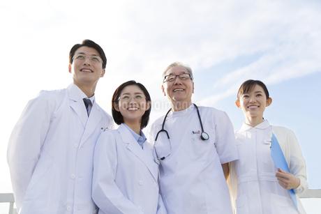 屋上で遠くを見上げる医師たちの写真素材 [FYI02967275]
