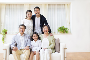 集合して微笑む三世代家族の写真素材 [FYI02967277]