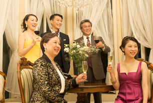 グラスを手に笑う5人の男女の写真素材 [FYI02967281]