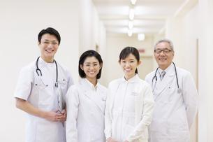笑顔の医師たちの写真素材 [FYI02967284]