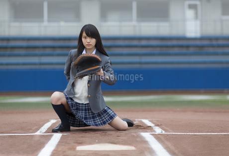 野球ボールを受ける構えをする女子学生の写真素材 [FYI02967285]