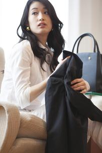 ソファーに座っている女性のポートレートの写真素材 [FYI02967289]