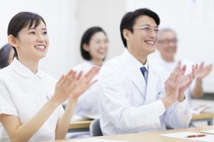 会議で拍手をする医師たちの写真素材 [FYI02967293]
