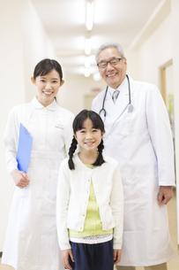 笑顔の女の子と男性医師と女性看護師の写真素材 [FYI02967295]