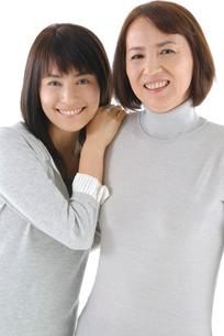 寄り添う母と娘のポートレートの写真素材 [FYI02967296]