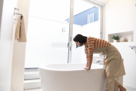 お風呂を洗う主婦の写真素材 [FYI02967298]