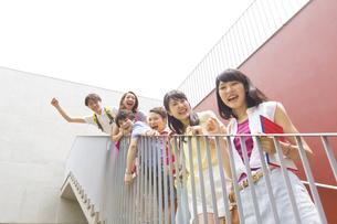 階段で笑顔で並ぶ学生たちの写真素材 [FYI02967302]