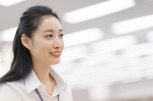オフィスで微笑むビジネス女性の写真素材 [FYI02967304]