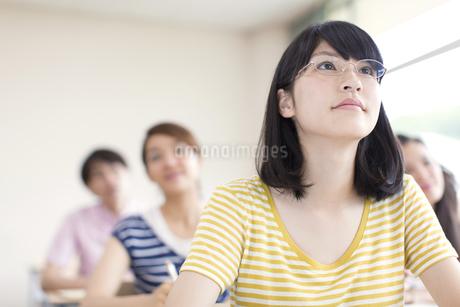 授業を受ける女子学生の写真素材 [FYI02967307]