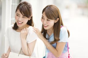 ウィンドウショッピングを楽しむ2人の女性の写真素材 [FYI02967309]
