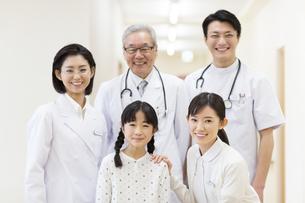 笑顔の患者の女の子と医師たちの写真素材 [FYI02967314]