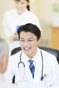 患者に問診をする男性医師の写真素材 [FYI02967318]