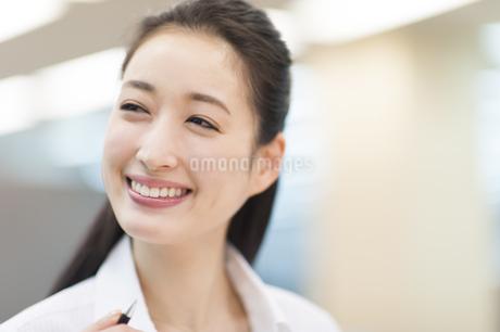 オフィスで微笑むビジネス女性の写真素材 [FYI02967324]