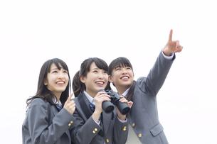 遠くを眺める3人の女子高校生の写真素材 [FYI02967325]