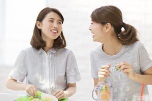 デトックスウォーターを作る準備をする2人の女性の写真素材 [FYI02967329]