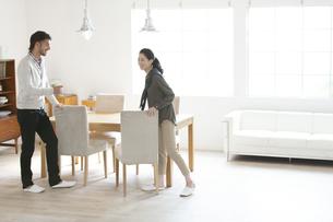 テーブルで談笑する男性と女性の写真素材 [FYI02967338]