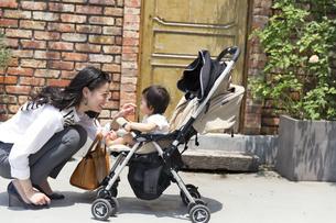 赤ちゃんをあやす女性の写真素材 [FYI02967342]