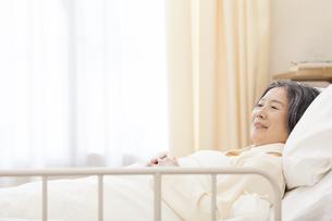 病室のベッドで横になる患者の写真素材 [FYI02967349]