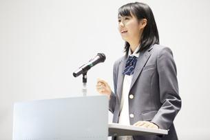 演台で話す女子高校生の写真素材 [FYI02967350]
