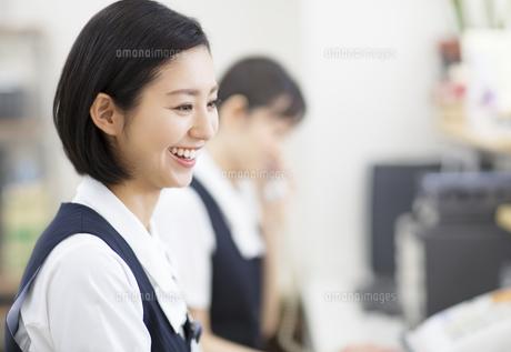 笑顔の制服姿の女性の写真素材 [FYI02967354]