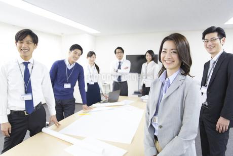 会議室で並んで笑うビジネス男女の写真素材 [FYI02967359]