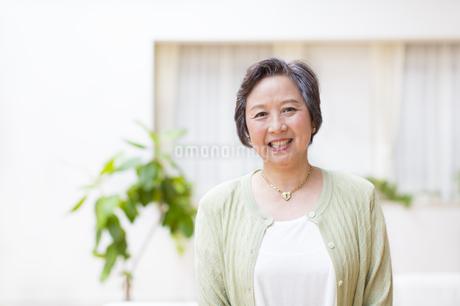 微笑むシニア女性の写真素材 [FYI02967361]