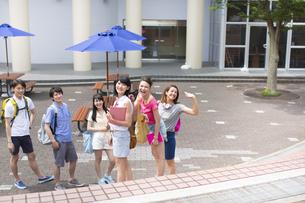 キャンパスで笑う学生の集合ポートレートの写真素材 [FYI02967365]