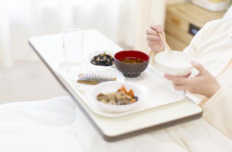 病院食を食べる患者の手元の写真素材 [FYI02967368]