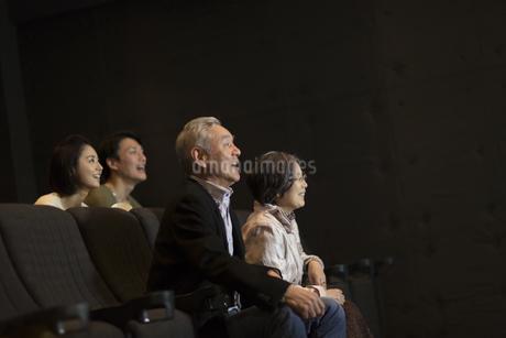 映画を観るシニア夫婦とカップルの写真素材 [FYI02967369]