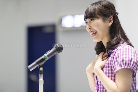 演台で話す女子学生の写真素材 [FYI02967376]