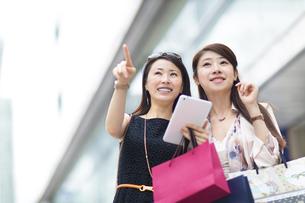 街で買物を楽しむ2人の女性の写真素材 [FYI02967378]