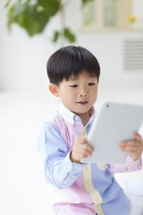 タブレットPCを見る男の子の写真素材 [FYI02967390]