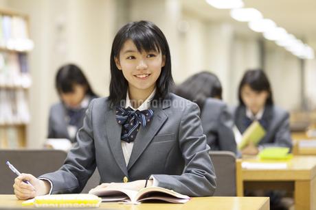図書室で勉強する女子高校生の写真素材 [FYI02967393]