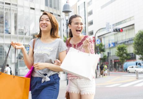 買物中に街を歩く2人の女性の写真素材 [FYI02967398]