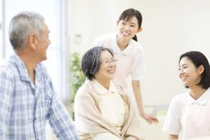 談笑する女性看護師と患者たちの写真素材 [FYI02967401]