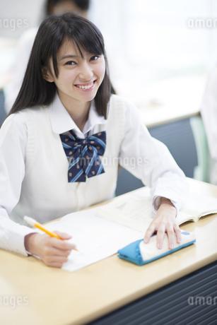 授業を受ける女子高校生の写真素材 [FYI02967402]
