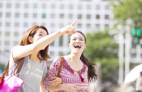 買物中に街を歩く2人の女性の写真素材 [FYI02967403]