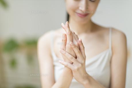 手のマッサージをする女性の手元の写真素材 [FYI02967410]