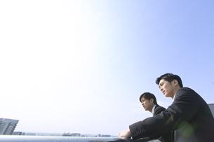 景色をながめるビジネス男性2人の写真素材 [FYI02967412]