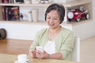 スマートフォンを見るシニア女性の写真素材 [FYI02967413]