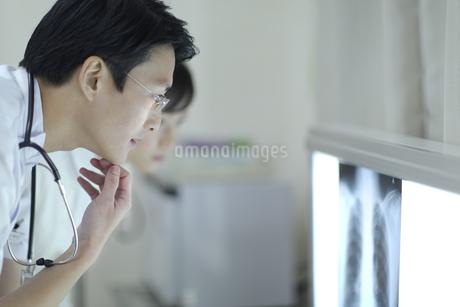 レントゲン写真を見る男性医師と女性看護師の写真素材 [FYI02967415]