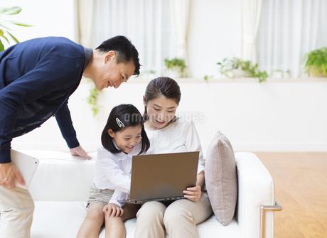 ノートPCを見る親子の写真素材 [FYI02967421]