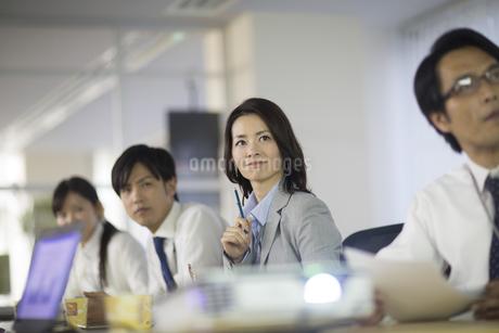 プロジェクターの投影を見るビジネス男女の写真素材 [FYI02967422]