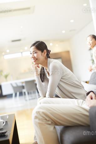 ソファーでほほ笑む奥さんの写真素材 [FYI02967427]
