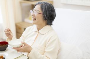 病院食を食べる患者の写真素材 [FYI02967428]