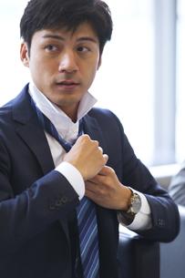 ネクタイを結ぶビジネス男性の写真素材 [FYI02967429]